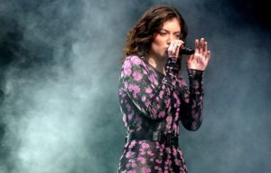 """Lorde sends e-mail to fans calling police brutality """"racist, sickening and unsurprising"""""""